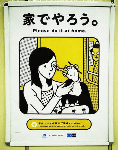 Japończycy walczą z malowaniem się w metrze