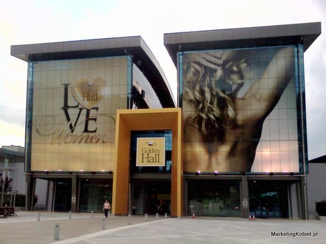 Golden Hall kocha kobiety Panowie wielu narodowości, nie tylko Grecy, są w stanie podpisać się pod hasłem: 'kochamy kobiety'. A piękna modelka z reklamy jest w stanie zmotywować do szybszego przyznania tego faktu.